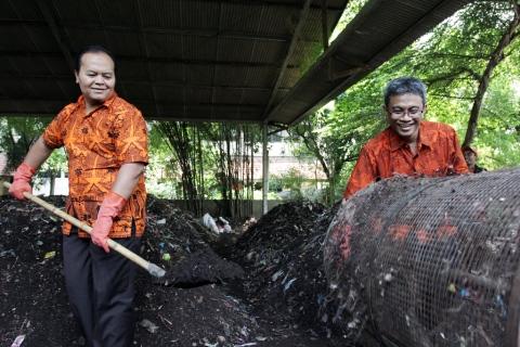 Hidayat-Didik Menjadi Relawan Pengelola Sampah