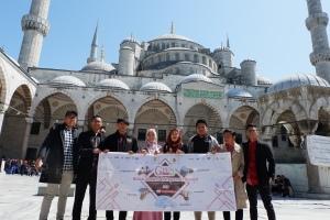 Foto bareng-bareng di Blue Mosque