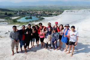 Foto bersama turis lainnya di Pamukkale